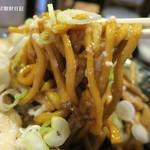 平太周 味庵 - 麺は茶色い極太縮れ麺