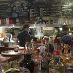 肉ビストロ&クラフトビール ランプラント - ドリンクカウンター、奥が厨房