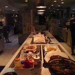 すたみな太郎NEXT - 料理の陳列棚。