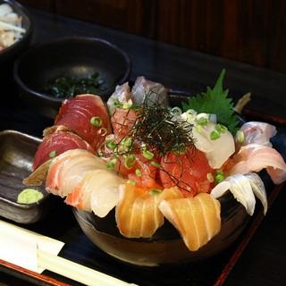 ランチタイムは毎日限定でお出ししている海鮮丼がおすすめです。