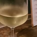 56158816 - グラスの白ワイン500円(一番単価の安い白ワイン)