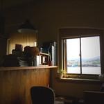 アサカフェ - 窓からは海も見える席もある