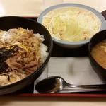 松屋 - 牛とじ丼サラダセット580円