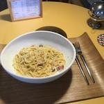 アーキ ジェイ カフェ - この2人掛け席は丸テーブル、妙に落ち着く。