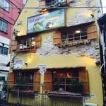 56186702 - 黄色い建物が目印