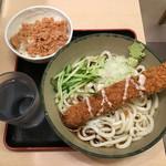 名代 箱根そば - ささみカツうどんと一膳ご飯の鮭フレークご飯 ちなみに一膳ご飯は100円でコスパはバツグンでした