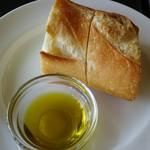 56193017 - パン、オリーブオイル