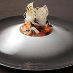 ケンゾーエステイトワイナリー - 静岡県産 功刀鱒とういきょうのミルフィーユ ウォッカクリームとエシャロットのチップス ¥1,800-