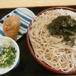 七味 - ざるそば(大)700円(税込み)、いなり寿司150円(税込み)