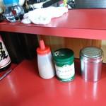 中華そば へんこつ - 卓上調味料(左:ニンニクチップ、中:ブラックペッパー、右:ブラックペッパー(容器が違うだけ~))