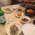 赤坂韓国料理・焼肉 兄夫食堂 - お通しの、キャベツサラダ、キムチ、ナムルなど