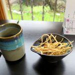 そば清 - 料理写真:そば茶とつまみ