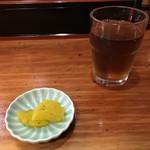 さかい囲飲 - 麦茶と漬物(たくあん)