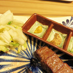 博多たんか - 白菜の浅漬けとマスタードとわさびが添えられています。