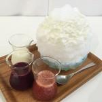 56207680 - 新宿高島屋催事のかき氷(シロップはいちご、ブルーベリー、練乳の3種)(2016/9)