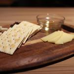 スペイン食堂 Estoy lleno - スペイン産チーズ盛合せ2種 ムルシア アル ヴィノ&マオン☆