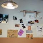 焼きそばバル飯島屋 - お知らせなどが壁に貼られています