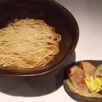 三代目晴レル屋 - 期間限定麺【三代目流中華soba】鶏の旨味をじっくり抽出した鶏清湯に、真鯛のあらを投入し鯛の旨味も効かせ、 たまり醤油の特製の醤油ダレを合わせたスープです。 香り高い小麦「ゆめちから」の全粒粉を使用した細平打ちの特注麺を使用。 のせものには新鮮な鶏ムネ肉を濃口醤油と柚子胡椒に漬け込んだ鶏の焼霜を使用。