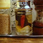 麺場 浜虎 - 特製の酢(ニンニク、唐辛子、昆布がハイっています)