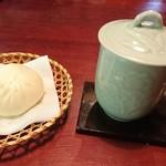 一茶寮 - 中国茶  ミニ肉まん付き    500円    肉まんミニとは 思えない      篭かわいい♪