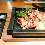 鉄板酒場 犇屋 - ロースステーキ。脂あまー