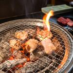上場亭 - 料理写真:網に極近の炭火で一気に焼きます!ウマイです!