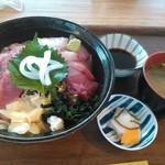 平戸瀬戸市場 レストラン - 料理写真:海鮮丼1100円 地サカナは肉厚で歯応えあり