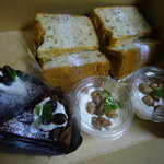 5623948 - 「ガトーショコラ」、「蜂蜜と胡桃のシフォンケーキ」(Take out…各350円、店内…各400円)