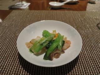 中国料理 皇苑 - 海老と紋甲イカ、青菜の馬拉盞香り炒め