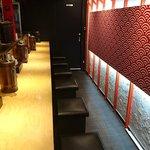 海老吟醸 じぱんぐ - じぱんぐ 上野駅前店 ストレートカウンターに7席のみの店内