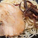 海老吟醸 じぱんぐ - じぱんぐ 上野駅前店 海老吟醸つけ麺のつけ汁から取り出した脂身だらけの炙りチャーシューと刻み木耳