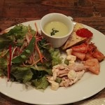 Rakokoriko - 前菜:チーズ、鶏肉、イカ、キノコ、おまけにポタージュまで..豪華な前菜です