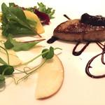 フランス料理 レ・セレブリテ - フォアグラソテー、ブルーベリーソース  とても絶妙な火入れです(*^_^*)