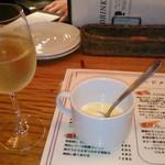 ワイン食堂wabisuke - [料理] 白 グラスワイン & 南瓜と馬鈴薯のスープ (お通し)