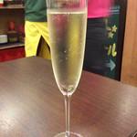 肉焼屋ワイン部 ジャストMEAT  - 「アンジュエール ブリュット」、380円。