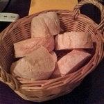 イングレッソ - 前菜の前にパン(オリーブオイルで食べました。)