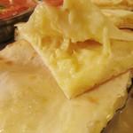 ナマステインドネパール料理 - 「チーズナン」の中にはチーズがたっぷりと♪