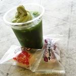 深山のカフェ食堂 - 2016年6月 まっちゃまっちゃフロート【450円】と隣の売店で買ったお菓子。