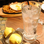グリル異人館 - お酒がすすむので、途中で 生絞りレモンチューハイ499円(税抜)を追加~! レモンまるまる1個がついてきたよ。 ぎゅぎゅっと絞ってレモン果汁たっぷりで頂きます。