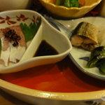 天神坂 酒亭 和らび - ハマチの刺身(左)、焼物、蕪の柚子風味の酢の物(右)