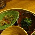 天神坂 酒亭 和らび - 魚の南蛮漬け(左)、ほうれん草の和え物(右)
