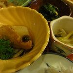 天神坂 酒亭 和らび - 豚のあんかけ、大根の煮物(左)、野菜の和え物(右)