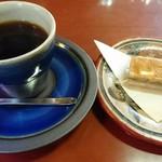 光原社 可否館 - coffeeと くるみクッキー    鮮やかな瑠璃色「出西ブルー」と呼ばれる人気色で 島根県出雲市にある出西窯(しゅっさい)  の  器