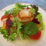 ラ・シャロント - 料理写真:イサキのマリネとホタテのソテー、サラダ仕立て