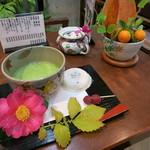 56268648 - 抹茶のセット。生花付きで、美しいです。日本の美を感じる。