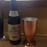 冷えた銅カップでビール