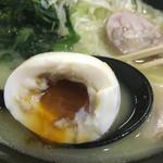 鳥虜 - 味玉はなかなかの濃いめ爆弾で、これまた鶏白湯にはやや余計に感じた