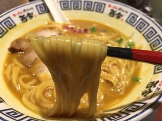 麺道 而今 総本家 - 華麗なるカレー中(800円)麺リフト