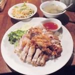 56279570 - 本日のランチメニュー「鶏の炊き込みご飯揚げ鶏添え」