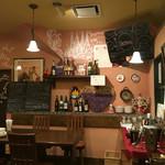 ワイン食堂タパタパ - 絵心が楽しい店内